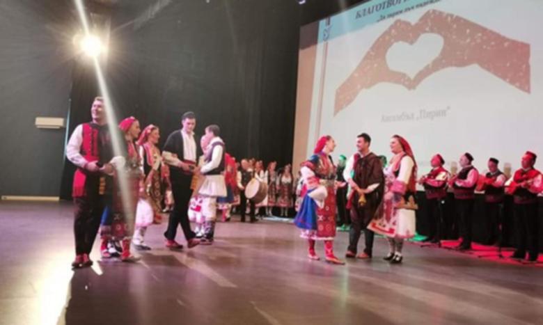 Концерт на гимназисти събра над 8000 лева за болен мъж