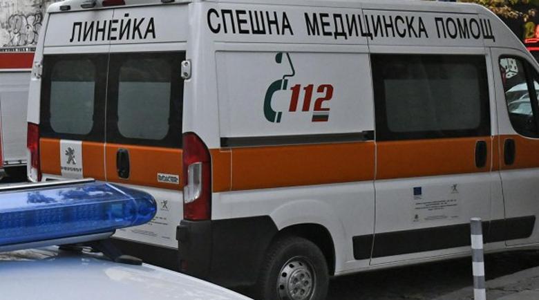 Микробус и лек автомобил се удариха на пътя за Банско