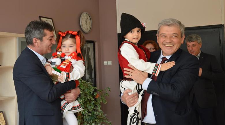 Деца закичиха с мартенички кмета Румен Томов и екипа му