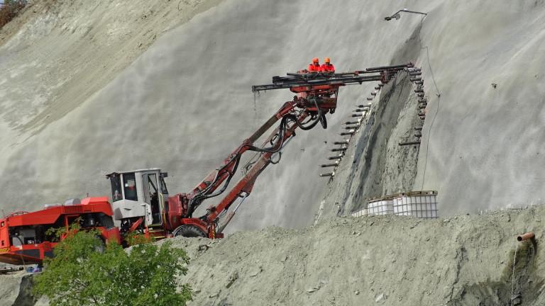 """Прокопаха първите 400 м от тунела """"Железница"""" на магистрала """"Струма"""""""