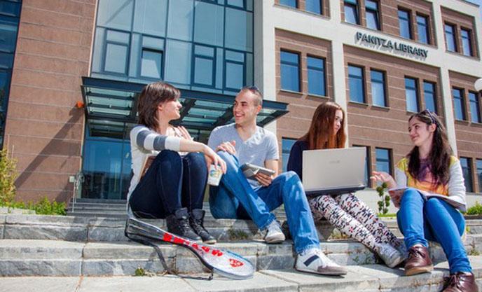 Стотина студенти от Американския университет ще останат в кампуса