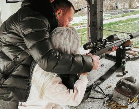 Кобрата учи Андреа на стрелба