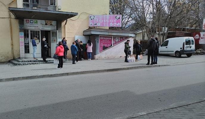 Полицаи с предпазни облекла следят пред магазини и банки в Кюстендилско