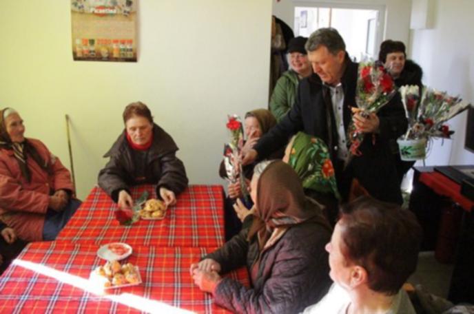 Кметът на Банско подари цветя на пенсионерките за 8 март