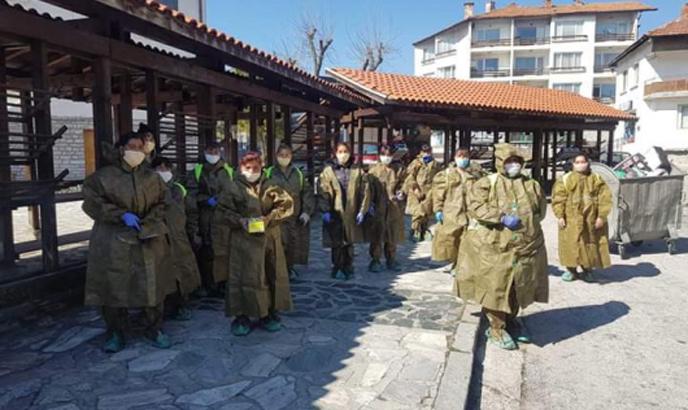 Хората от чистотата в Банско оборудвани с предпазни костюми