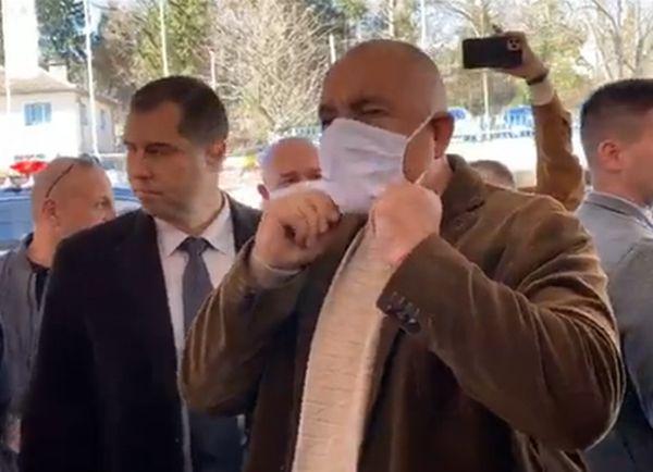 Благоевградски бизнесмен произвежда защитните облекла за коронавируса
