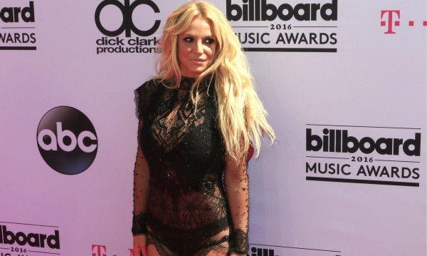 Бритни Спиърс се оплака, критикуват я за снимки по бански
