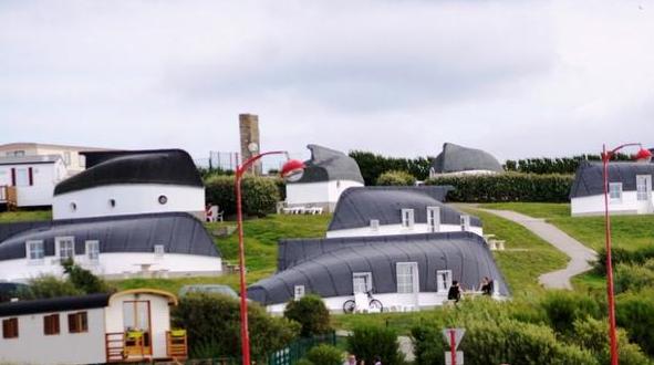 Селото, в което хората живеят в обърнати лодки
