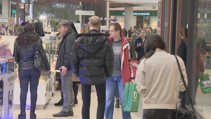 Хората в пазарна истерия – атакуват магазините, пълнят количките с цели стекове