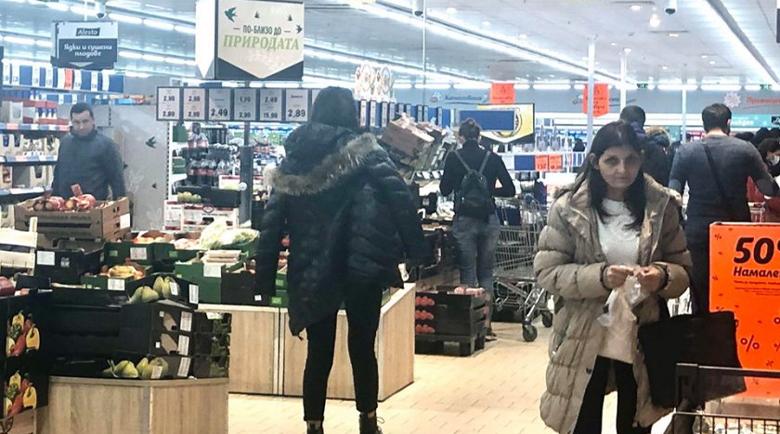 Въпреки забраната: Блъсканица в хипермаркетите, пълнят количките като за последно