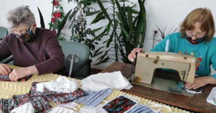 В Дома за възрастни хора в Самоков шият маски като терапия