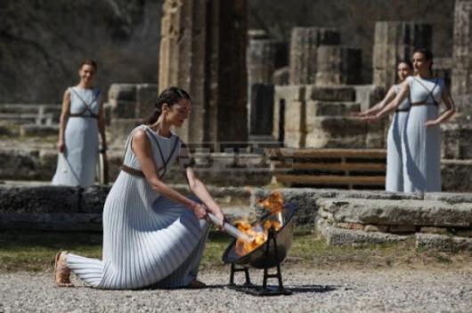 Еврокомисар от Хаджидимово понесе Олимпийския огън от Гърция към Токио