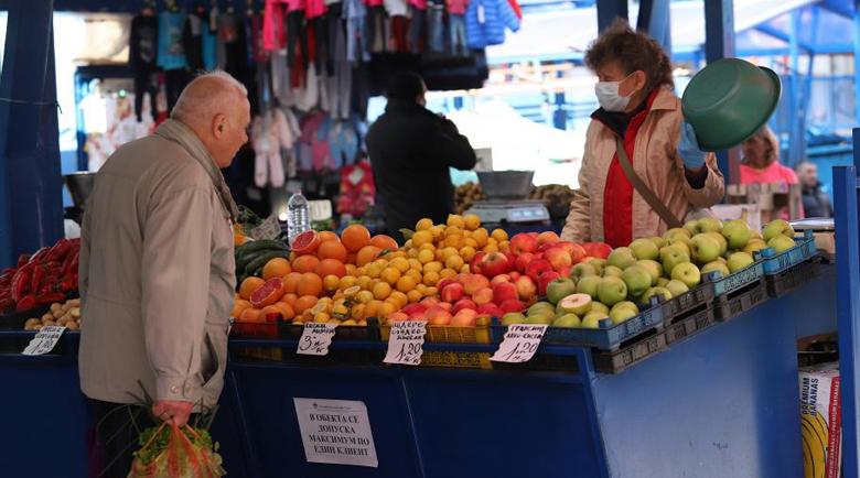 По пазарите в София: Продавачите с маски, възрастните купувачи – не
