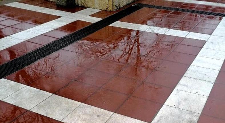 """Наводнението на паркинга под площад """"Георги Измирлиев"""" е от канализацията"""