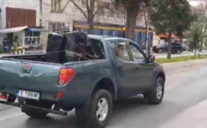 Автомобил с мегафон предупреждава санданчани за строгите мерки