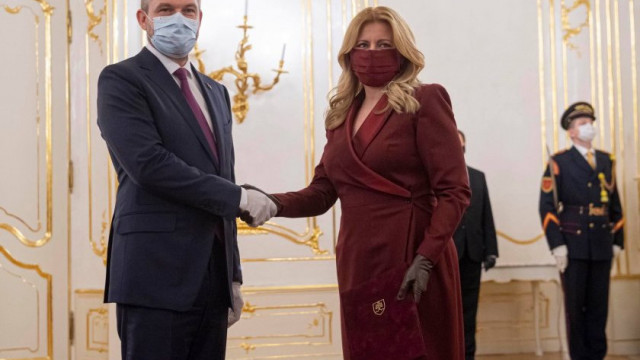 Властта в Словакия се смени, маските останаха