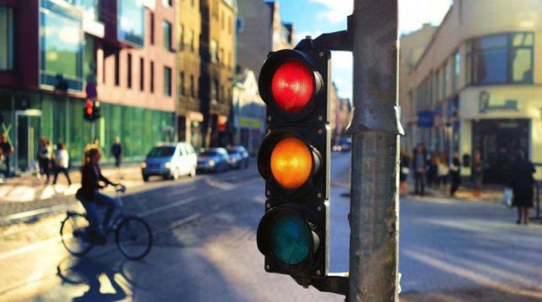 Инженер доказа, че жълтият сигнал на светофара трябва да свети по-дълго