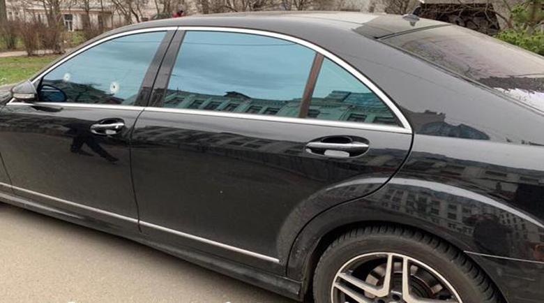 Два куршума в стъклото на S-Klasse заради… неправилно паркиране