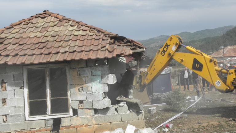 """Събориха насред зима паянтова незаконна къща в с. Рилци, докато стотици със заповеди за бутане стоят """"на завет"""""""
