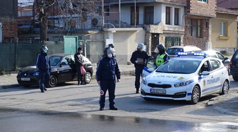 Иззеха тютюн и дрога и задържаха 28 души в циганската махала на Благоевград