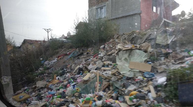 Шофьор от общинска фирма в Перник е уволнен заради неправилно изхвърлен боклук