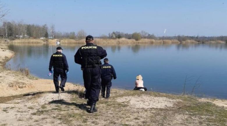 Забраниха на нудистите в Чехия да свалят защитните маски