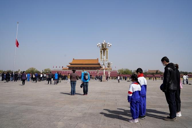 """Китай почете за три минути """"мъчениците"""", починали от коронавируса"""