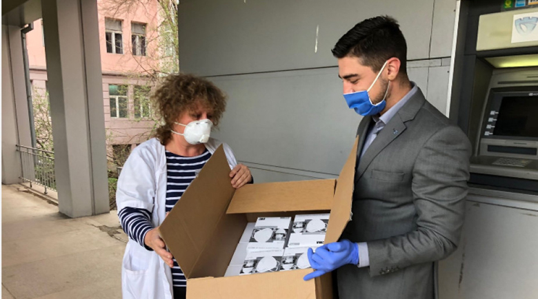 Маски и предпазни костюми дарени за здравните заведения в Перник
