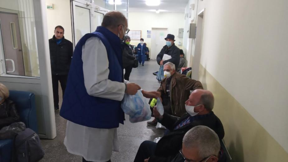 ТВ водещата Нана дари предпазни маски на онкоболницата в Благоевград