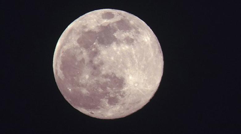Наблюдаваме Супер розова Луна тази нощ