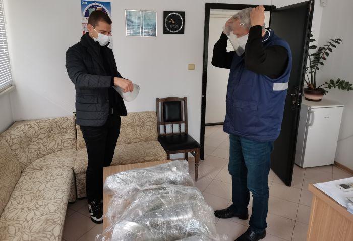 Стефан Апостолов дари 200 шлема на Спешна помощ в Благоевград