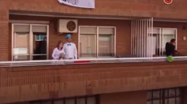 Двойка в Испания реши да се ожени на балкона