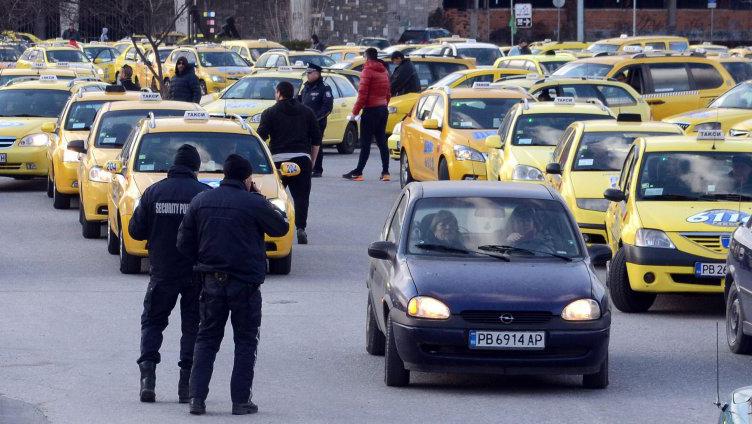 Таксиметровите шофьори излизат на бунт! Трагедията е пълна