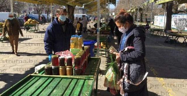 Пазарът в Благоевград заработи напук на коронавируса