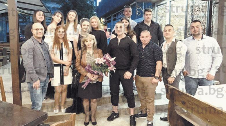 Абитуриенти от Дупница без страх от вируса си направиха купона