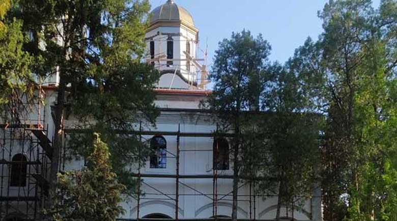 """Крадци отмъкнаха новите улуци на църквата """"Св. Георги Победоносец"""" в Дупница"""
