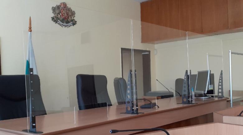 Съдът в Дупница заседава опасан с прегради