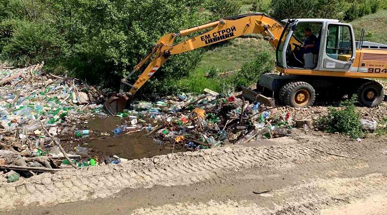 Почистиха замърсеното с тонове пластмаса корито на р. Места край Елешница