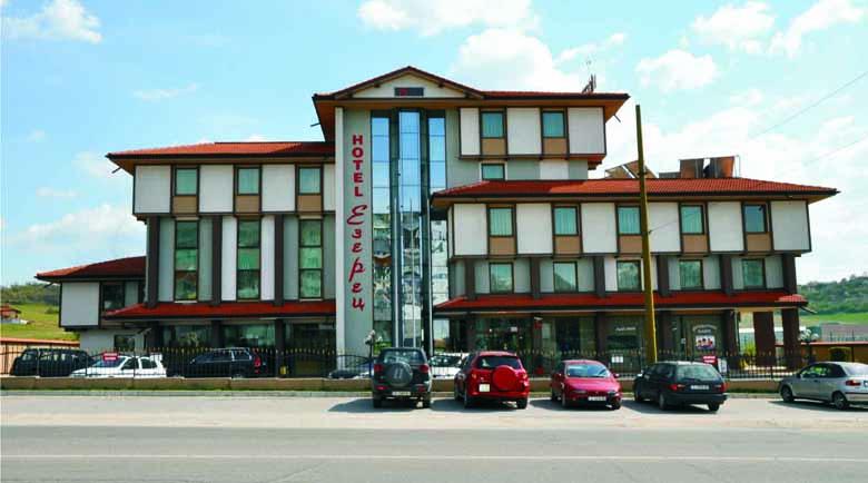 """Нагло! Собственикът на хотел """"Езерец"""" затвори общинска улица, съседи роптаят"""