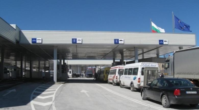 Жесток екшън на Гюешево, бясна македонка изби бариерите на границата
