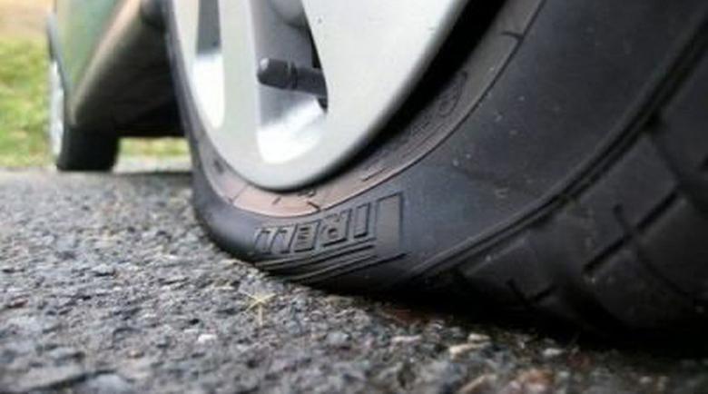 Хулиган спука гумите на 4 коли в Сандански