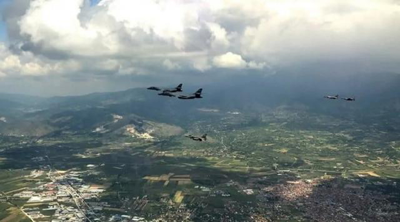 Гръцки F-16 съпроводиха американски бомбардировачи над Скопие