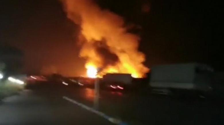 Пожарът в зеленчуковата борса в Кърналово тръгнал от камион в склад за палети