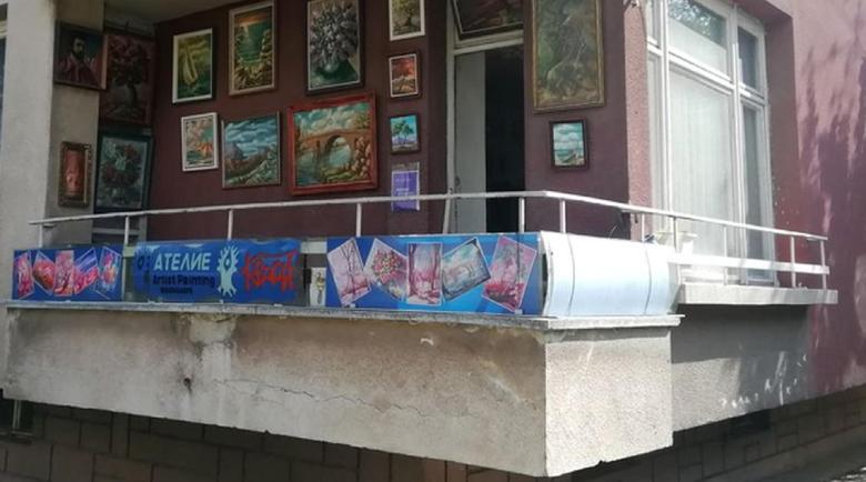 Кюстендилски художник подреди изложба от картини на балкона си