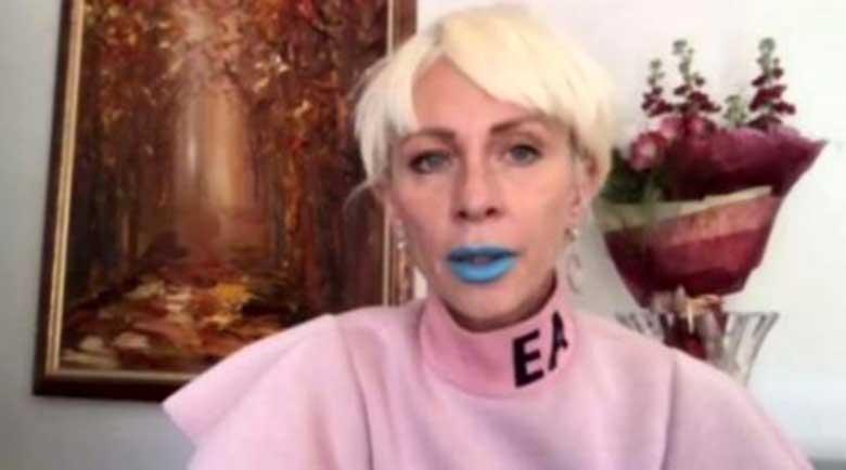 Защо Нана Гладуиш се появи със синьо червило