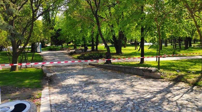 Махат лентите в големите паркове, остава забраната за пейките