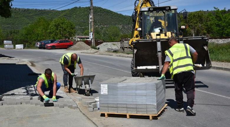 Ремонтират физкултурен салон и улици в Симитли