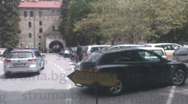 Туристите на Рилския манастир шокирани с 12 лв. за пилешко бутче, минаха на мекици