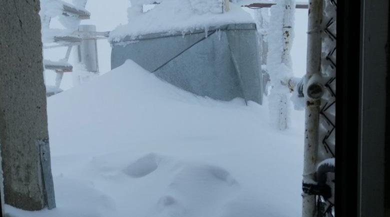 Сняг затрупа връх Мусала в края на май