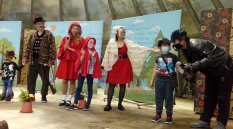 Актьорите в Дупница играха с шлемове в парка заради пандемията